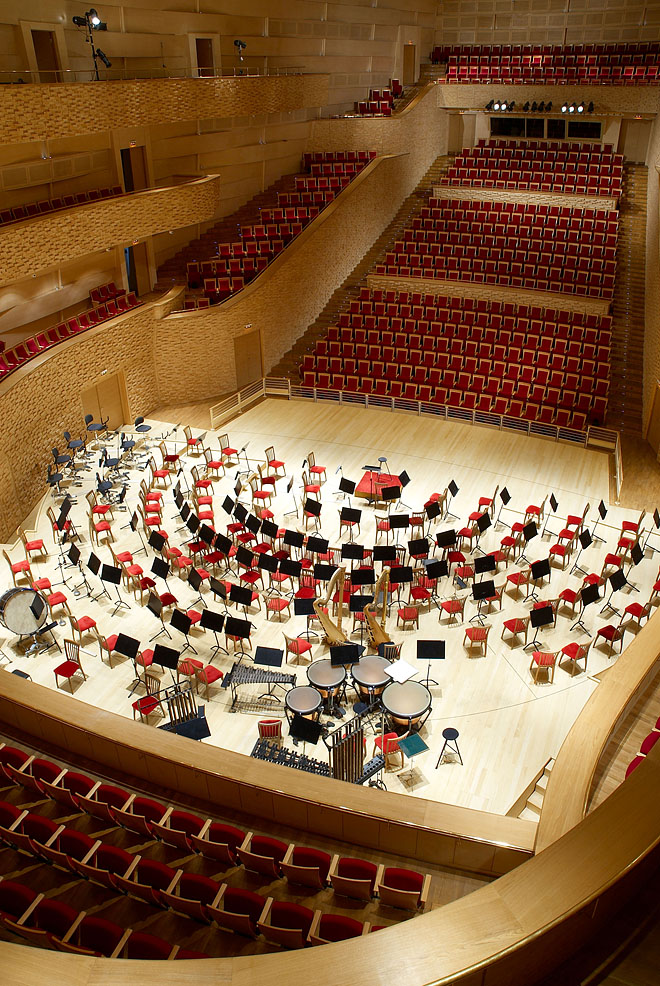Вот и концертный зал в Санта-Крус-де-Тенерифе иначе как.