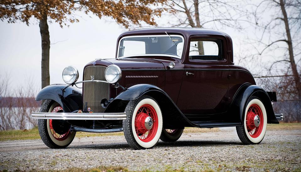 """<p style=""""text-align: center;""""><strong>Ford Model 18. </strong>Если Ford Model T заслужил место в нашем списке как первый массовый автомобиль, то Ford Model 18 1932 года попал сюда как первый доступный автомобиль с двигателем V8. 18 был оснащен 3,6-литровым двигателем с плоской головкой блока цилиндов и выдавал около 65 лошадиных сил. Мощность автомобиля была такова, что знаменитый грабитель банков Клайд Бэрроу (половина из команды «Бонни и Клайд») даже написал Генри Форду письмо с благодарностью за то, что на этом автомобиле легко было уходить от полиции.</p>"""