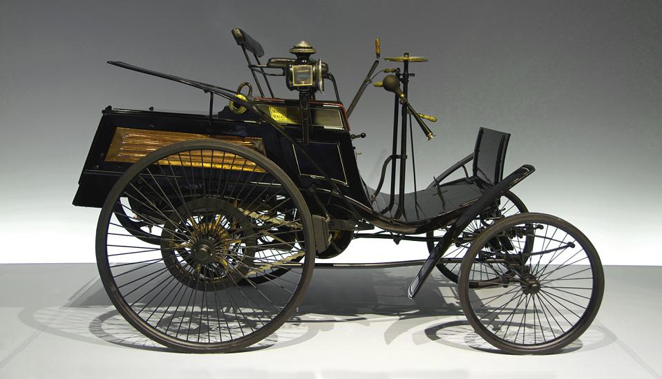 """<p style=""""text-align: center;""""><strong>Benz Patent-Motorwagen.</strong> Первый в мире автомобиль неслучайно так назван. Моторизованная коляска Бенца была запатентована в 1885 году и оснащалась одноцилинровым четырехтактным двигателем, установленным горизонтально на задней панели. Автомобиль был построен на трубчатой стальной раме с деревянными вставками и передвигался на спицевых колесах с резиновыми покрышками. В качестве рекламной кампании, жена Бенца Берта взяла машину и двух сыновей и отправилась в двухдневное путешествие из Мнагейма в Пфорцхайм, преодолев за три дня 194 километра. Это путешествие вошло в историю как первый автопробег на первом автомобиле, определив развитие индустрии на годы вперед<strong>.</strong></p> <p><strong></strong></p>"""
