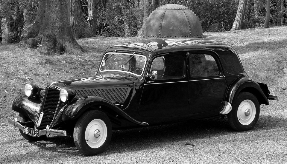 """<p style=""""text-align: center;""""><strong>Citroën Traction Avant. </strong>Traction Avant в переводе с французского означает «привод на передние колеса», но 1934 Citroën Traction Avant не был первым в мире автомобилем с приводом на передние колеса. Зато он был первым с кузовом типа монокок и имел весьма футуристичную для своего времени внешность.</p>"""