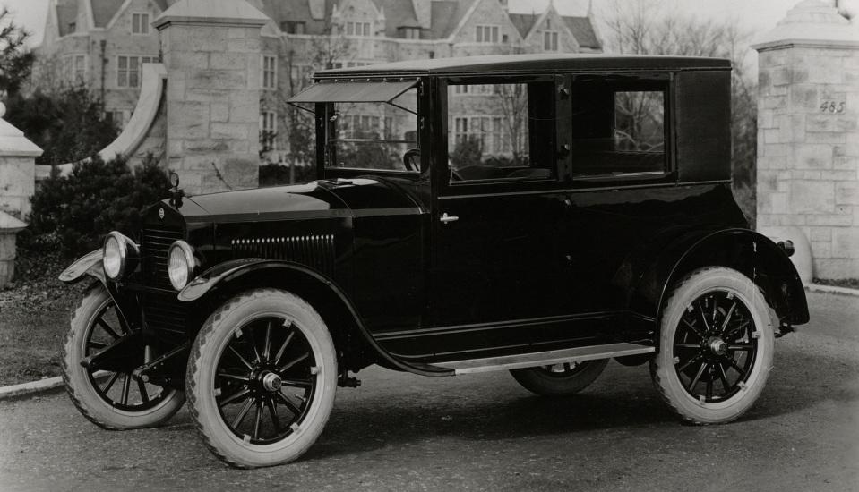 """<p style=""""text-align: center;""""><strong>Essex Closed Coach. </strong>Марка Эссекс была основана в Детройте в 1918 году и существовала всего четыре года. Но даже за это короткое время, марка успела отметиться в индустрии небольшой революцией. Дело в том, что марка первой начала выпускать автомобили с полностью закрытым салоном. Это незначительное обстоятельство определило облик автомобилей на десятилетия вперед.</p>"""