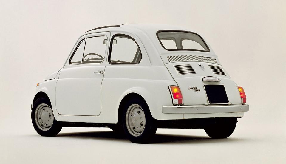 """<p style=""""text-align: center;""""><strong>Fiat Cinquecento. </strong>Как Beetle и Model T, Fiat Cinquecento (500) производился по всему миру. Это позволило итальянцам застолбить место на дорогах по всему миру, но мы любим Фиат прежде всего за то, что это первый настоящий городской автомобиль длиной менее трех метров.</p>"""