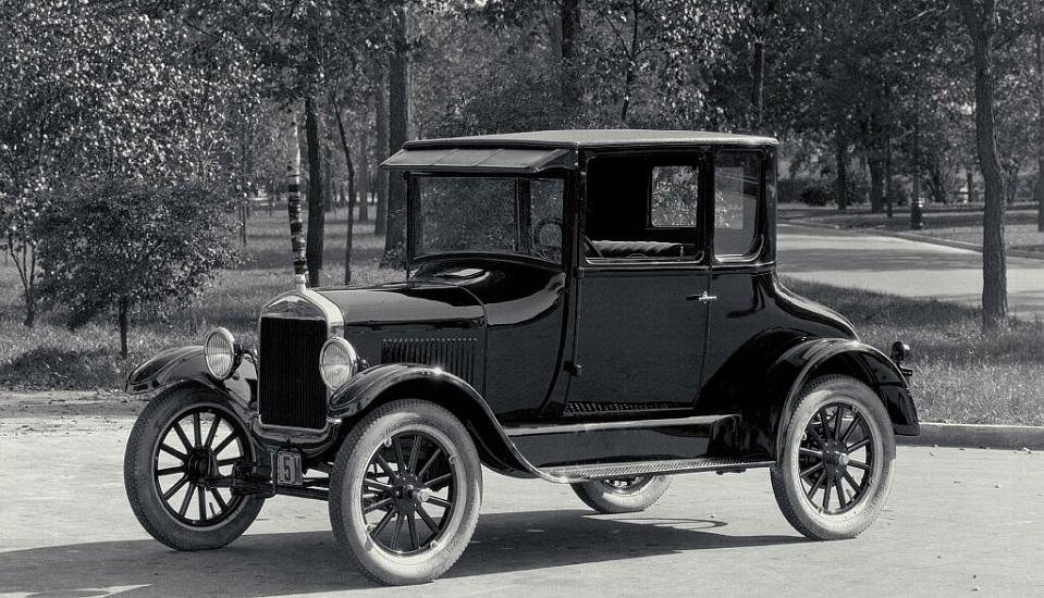"""<p style=""""text-align: center;""""><strong>Ford Model T.</strong> Ford Model T была революционной по двум причинам. Во-первых, это было связано с преимуществами стандартизированной сборочной линии, а не ручного изготовления. Поэтому Model T отличалась надежностью. Из-за использования сборочной линии и рационализации процессов производства, автомобиль стал доступным для среднего класса населения. Это стало важно вехой в истории автомобилестроения, превратив авто из игрушки для богачей в продукт массового потребления. Ford T был также первым глобальным автомобилем. Он был настолько популярен, что Форд открыл заводы по всему миру, чтобы не тратить деньги на перевозку автомобилей. К сожалению, Форд был настолько сосредоточен на сохранении низких цен, что не хотел тратить средства на обновление дизайна и стиля, позволяя конкурентам отбирать долю рынка, производя более элегантные и современные автомобили.</p>"""