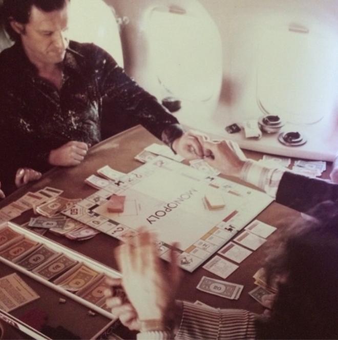 """<p style=""""text-align: center;"""">Игра в монополию во время полета в Лондон. 1975.</p>"""