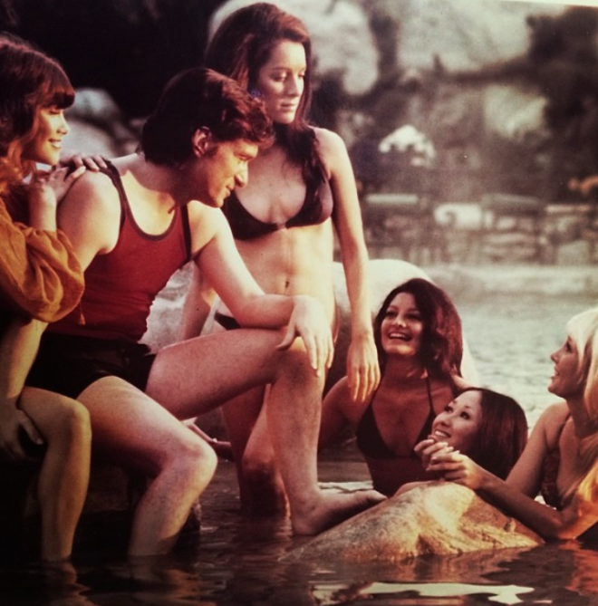 "<p style=""text-align: center;"">Ноябрь 1971 года в особняке Playboy Mansion.</p>"
