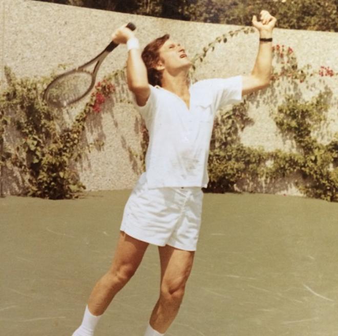 """<p style=""""text-align: center;"""">На теннисном корте особняка Playboy.</p>"""