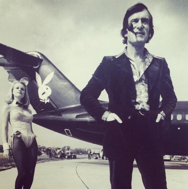 """<p style=""""text-align: center;"""">Хью позирует для юбилейного выпуска Playboy в 1970 году.</p>"""