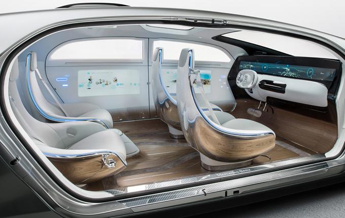 В концепте Mercedes-Benz F 015 Luxury in Motion пассажиры смогут не просто стоять в пробках, но и эффективно работать в интернете или развлекаться с помощью экосистемы сенсорных панелей, работающих от движения глаз пользователя.