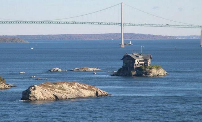 Мужчина лишился дома, но не переживал, а купил островок размером с дом и построил новое жилье на нем