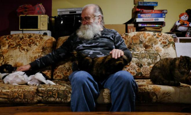 Мужчина купил диван и несколько недель не мог на нем нормально спать. Потом решил починить и нашел внутри тайник с деньгами