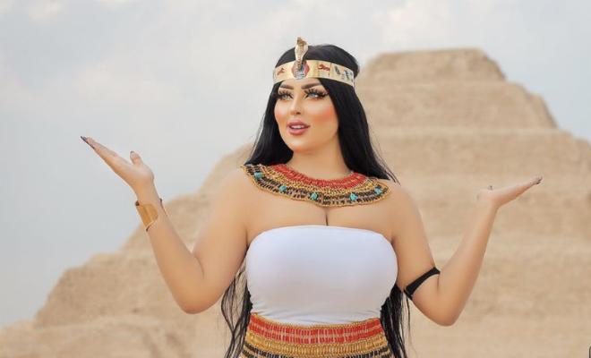 Женщина в костюме древних египтян делала фотосессию у Пирамид и попала в полицию за открытый наряд