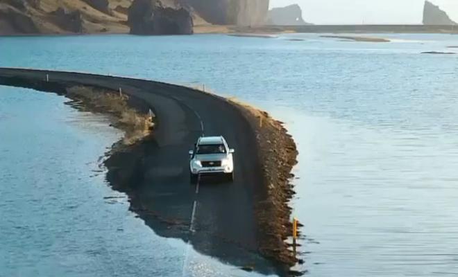 Затопленная дорога Исландии: машины едут по дну моря. Видео