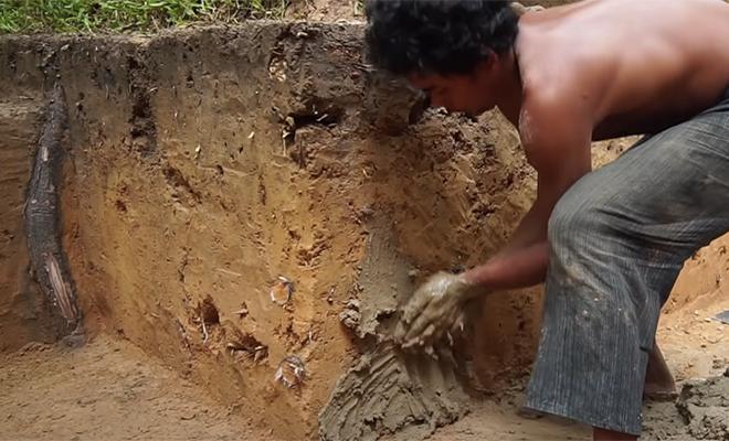 Мужчина пошел в джунгли и выкопал бассейн руками и палкой. Видео