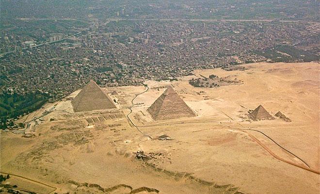 Смельчак включил камеру и забрался на вершину пирамиды Хеопса. Видео