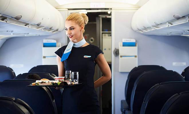 Стюардесса рассказала, почему в самолетах не стоит заказывать чай и другие горячие напитки