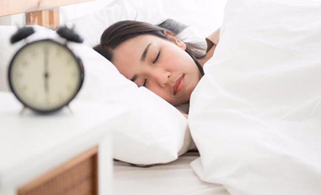 Девушка включила камеру и легла спать. За ее сном смотрели 10 тысяч человек