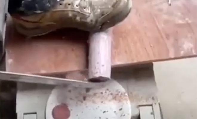 Прораб показал как сделать сэндвич с помощью болгарки и другого строительного инвентаря: видео