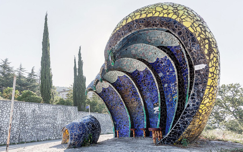 Остановка в Гаграх, Абхазия авторства Зураба Церетели.
