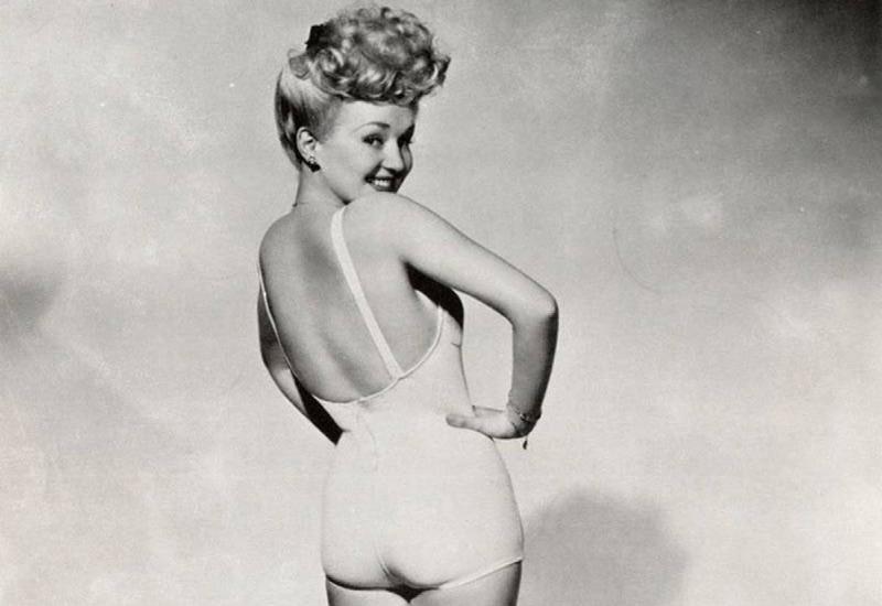 Студийная фотосессия с фотографом Фрэнком Поволни стала ключевой в карьере Бетти Грейбл. Именно этот образ в закрытом купальном костьюме стал самым популярным среди солдат и наиболее цитируемом в мире пин-апа.