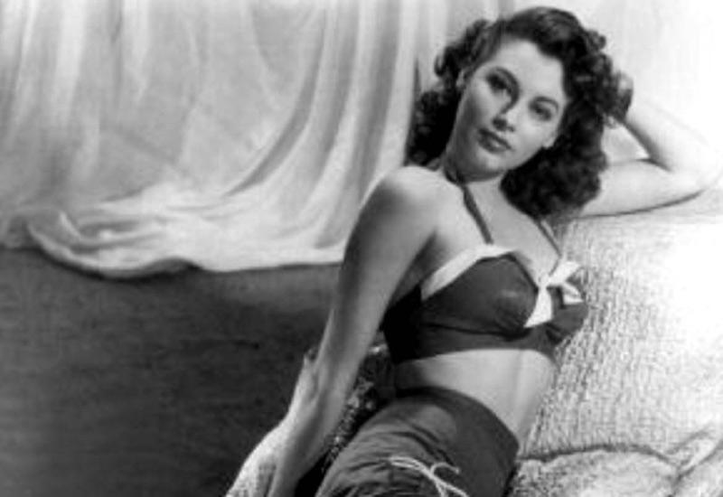 Пика своей славы Ава Гарднер достигла лишь в 50-х, выйдя замуж за Фрэнка Синатру, а во время Второй мировой она была моделью MGM Studios, позирующей для фото софт-эротического содержания.