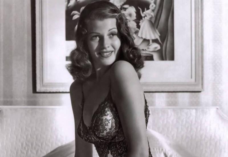 Журнал LIFE поместил это фото Риты Хейворт на обложку в 1941 году, сделав ее на несколько лет самым очаровательным созданием во всем мире. В 2002 году этот пеньюар Хейворт был продан за рекордные 26 888 долларов.