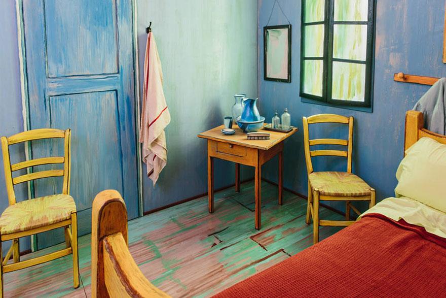 Все в этом номере заставит вас почувствовать, что вы живете внутри картины — цвета тщательно подобраны, в соответствии с канонами импрессионизма.