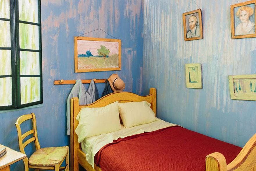 Со стены на вас будет смотреть портрет автора всего происходящего, а интерьер позволит прочувствовать дух южной Франции конца 19-го века.