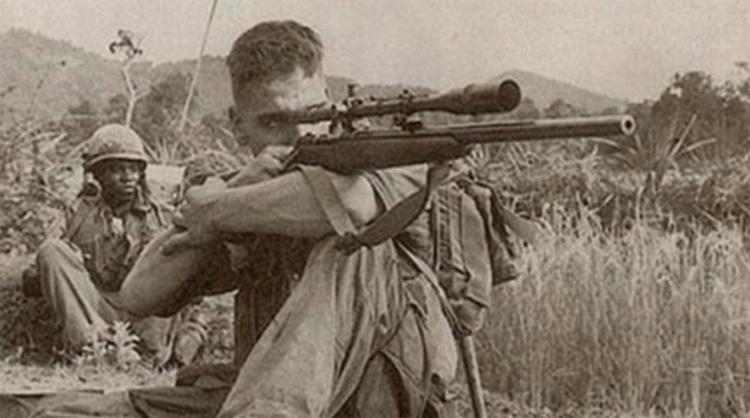 """<p style=""""text-align: center;""""><strong>Карлос Хэтчкок</strong></p> <p><strong>Как и многие американские</strong> подростки из глубинки, Карлос Хэтчкок мечтал попасть в армию. 17-ти летнего парнишку, в ковбойской шляпе которого кинематографично торчало белое перо, встретили в казарме усмешками. Первый же полигон, взятый Карлосом с наскока, превратил смешки сослуживцев в благоговейное молчание. У парня был не просто талант — Карлос Хэтчкок был рожден на свет исключительно ради точной стрельбы. 1966 год молодой боец встретил уже во Вьетнаме.<br /><strong>На его формальном</strong> счету числится всего сотня мертвецов. В мемуарах выживших сослуживцев Хэтчкока фигурируют значительно большие числа. Это можно было бы списать на вполне объяснимое хвастовство бойцов, если бы не громадная сумма, выставленная Северным Вьетнамом за его голову. Но война закончилась — и Хэтчкок отправился домой, не получив ни одного ранения. Умер он в своей постели, не дожив до 57-ми лет всего нескольких дней.</p>"""
