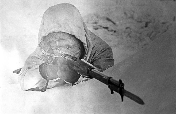 """<p style=""""text-align: center;""""><strong>Симо Хяюхя</strong></p> <p><strong>Это имя стало неким символом</strong> войны сразу для обеих стран-участниц. Для финнов Симо был настоящей легендой, олицетворением самого бога мщения. В рядах бойцов Красной Армии снайпер-патриот получил имя Белая Смерть. За несколько месяцев зимы 1939-1940 года стрелок уничтожил более пятисот вражеских солдат. Невероятный уровень мастерства Симо Хяюхя подчеркивает использованное им оружие: винтовка М/28 с открытым прицелом.</p>"""
