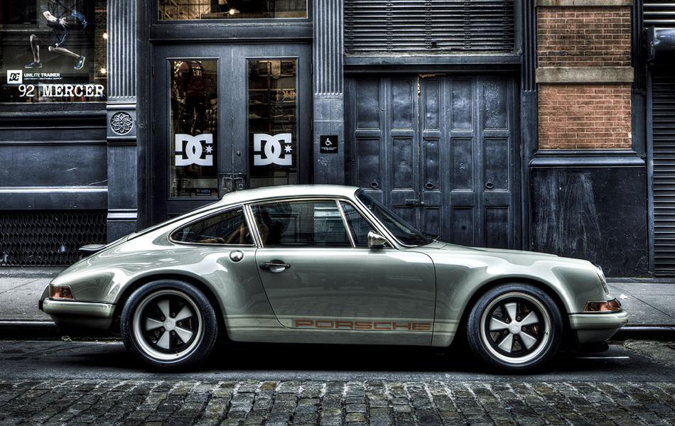 <p><strong>Singer Vehicle Design Porsche 911</strong></p><br /> <p>На протяжении уже полувека Porsche 911 остается иконой спортивного стиля. Каждое новое поколение автомобиля несомненно превосходит предыдущее в плане техники и динамики, но в мире остается достаточно людей, которые любят исключительно старые модели Porsche 911. Именно для таких ценителей ателье Singer Vehicle Design выпускает восстановленные версии Porsche 911 начала девяностых годов прошлого века. Кузов автомобиля изготовлен из углеродного волокна, установлена новая светотехника Bi-Xenon и реплики оригинальных кованых дисков на 17 дюймов.</p>