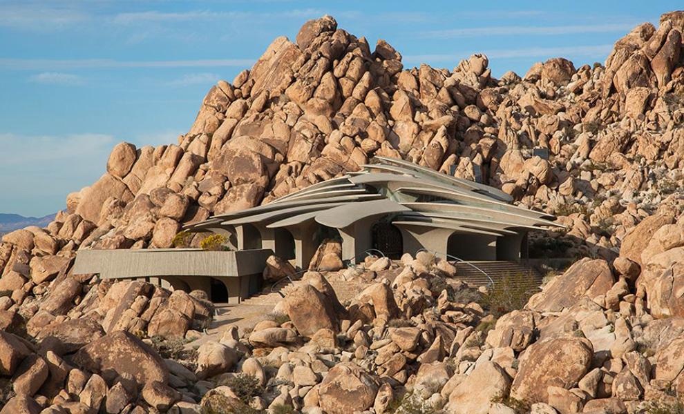 <p>Пустынный дом, внешне напоминающий панцирь броненосца, расположен в местности под названиемJoshua Tree, что в Южной Калифорнии.</p>