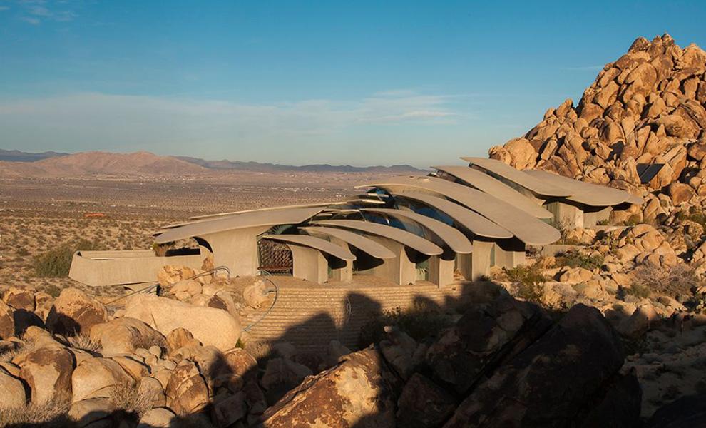 <p>В это же время, выбирая проект для строительства, они отправили предложение талантливому архитектору Кену Келлогу, чьей специализацией как раз было проектирование строений на сложном ландшафте.</p>