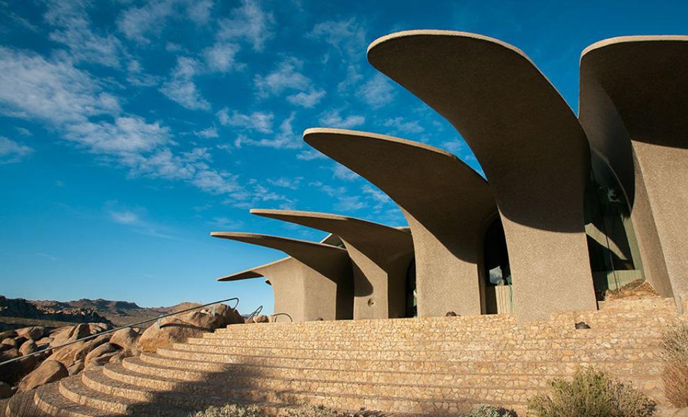 <p>Главными конструктивными особенностями будущего дома выступили огромные бетонные ребра, будто маскирующие жилище под окружающую местность.</p>