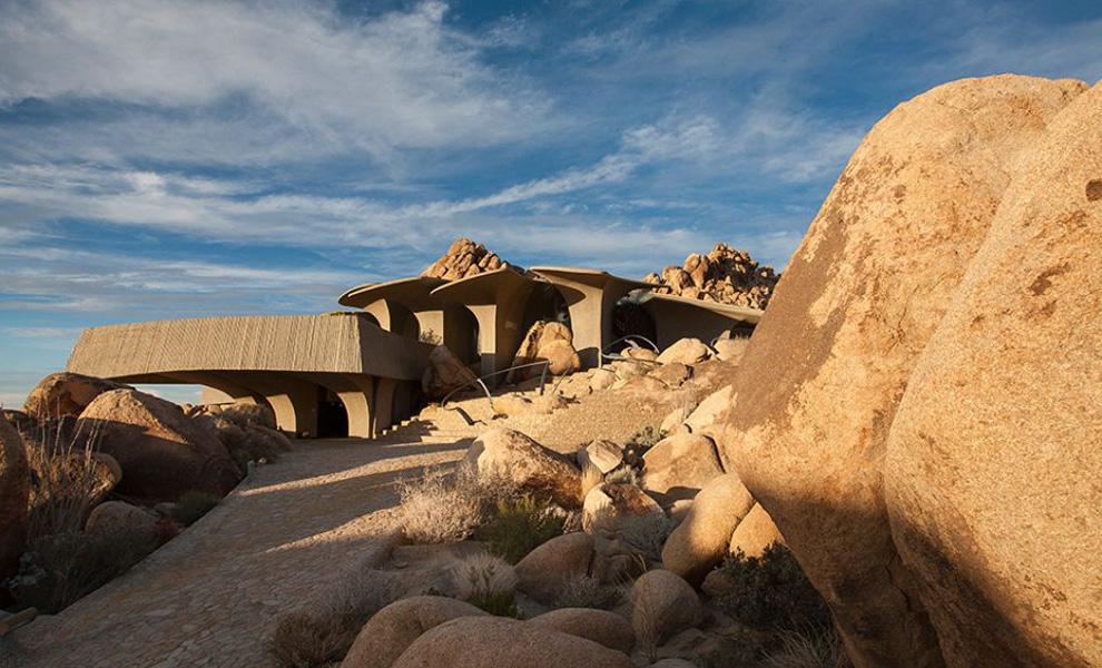 <p>Проект Келлога тесно перекликается с историческими постройками коренных индейцев, чьи глинобитные постройки пуэбло были повсеместно распространены на территориях американских пустынь.</p>