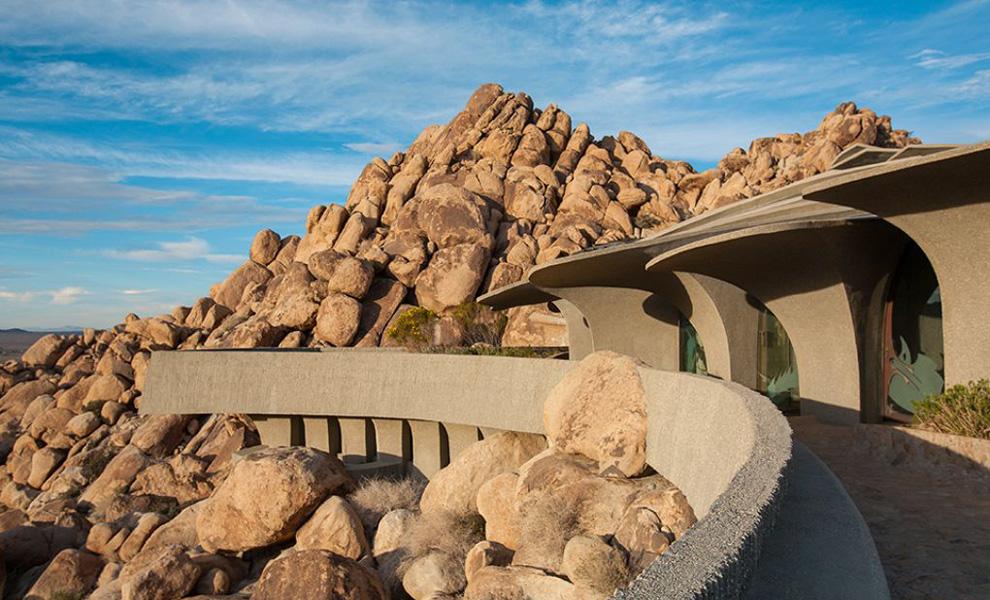 <p>Пустынный дом не выступает высоко над землей, а будто стелится по ней, что отлично гармонирует с умеренной красотой ландшафта, не терпящей не только суеты, но и напыщенности.</p>