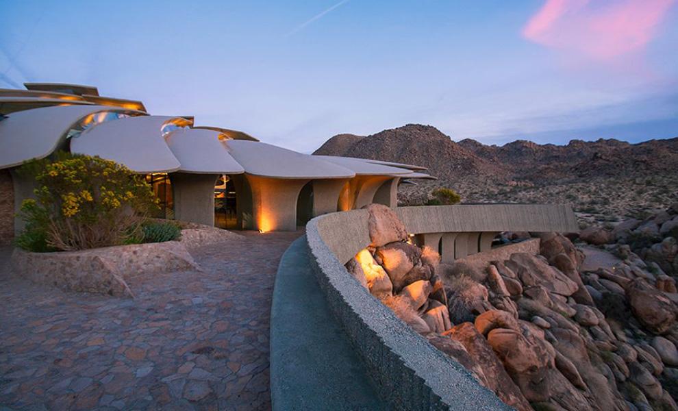 <p>Строительство основы было завершено в 1993 году, но работа привлеченного дизайнера Джона Вугрина продолжалась еще много лет после этого.</p>